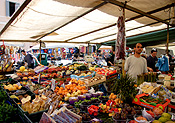 Europe, Italy, Italian, Rome, market, markets, market stall, market stalls, fruit, vegetable, vegetables, people, FF25,